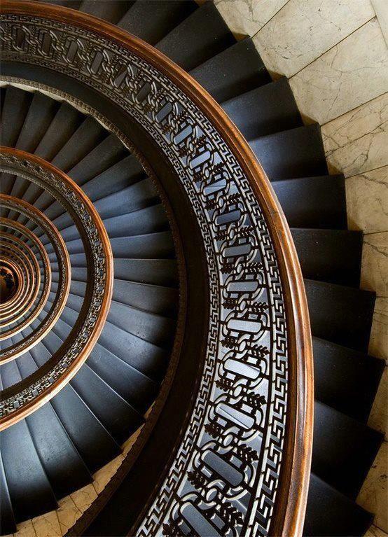 escalera de caracol de eje cerrado: Escalera circular con peldaños en forma de abanico, que se desarrollan en torno a un poste central, al que están fijados. También llamada escalera de husillo.