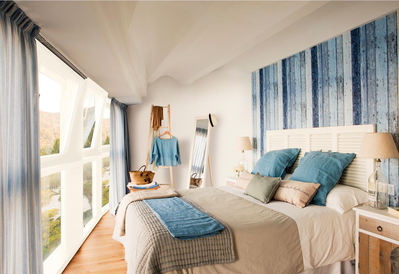 Dormitorio con cabecero de listones de madera pintados de azul y ...