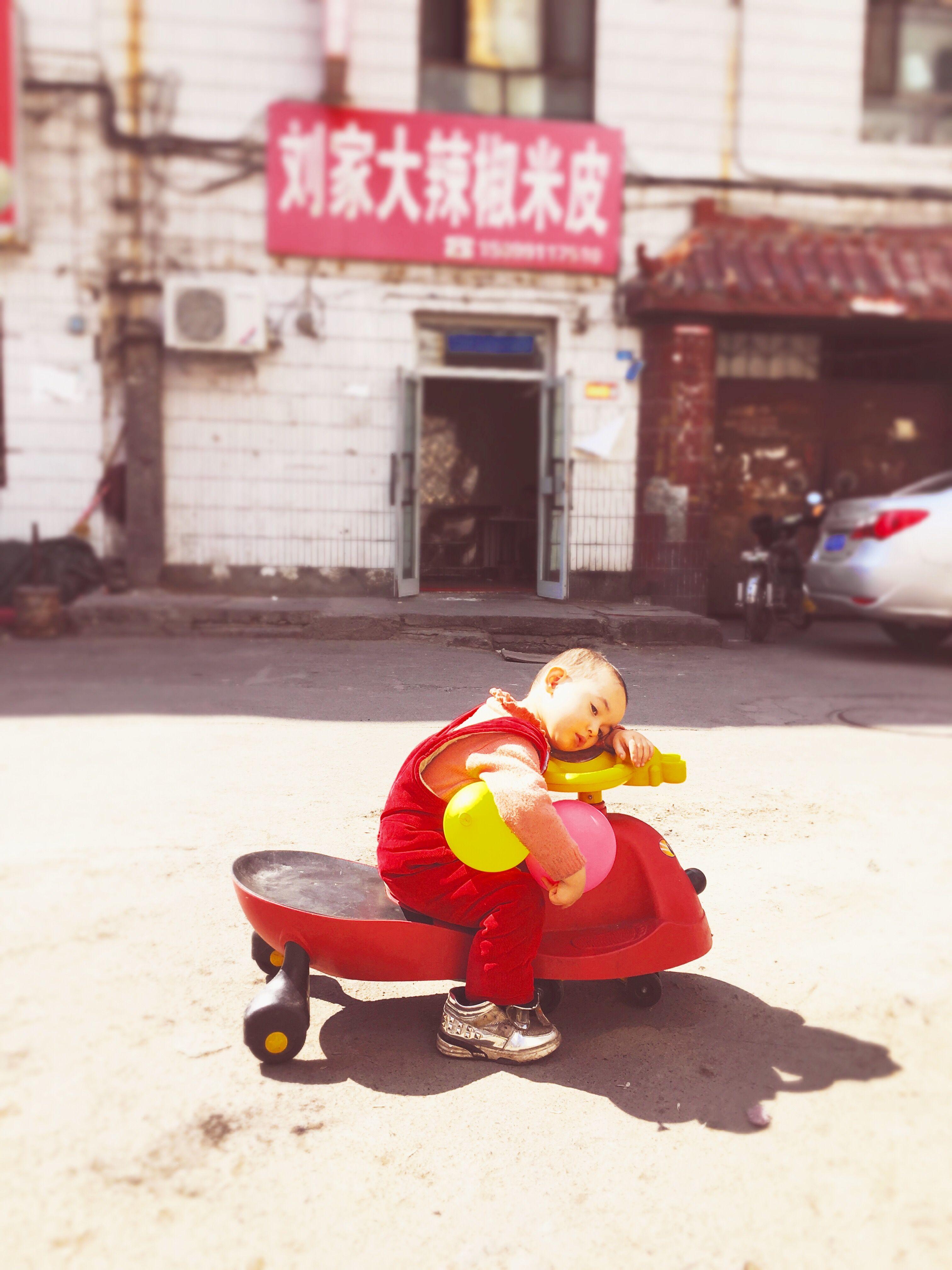 维吾尔族小孩,在乌鲁木齐,一天中午我在这条巷子吃饭时看到的孩子Urumchi,a chineses city,one day I had lunch in this street ,and saw this child ,she had a big shoos