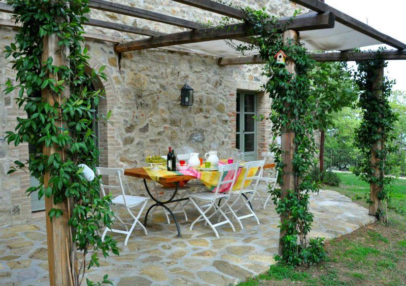 Karakteristiek landhuis met grote tuin en 4 slaapkamers in Toscane