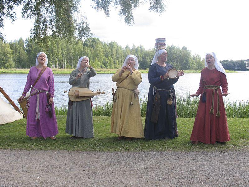 Räikkä, esitys rannalla - Räikkä performances onshore, Hämeen keskiaikamarkkinat 2014 - Häme Medieval Faire 2014, © Piela Auvinen