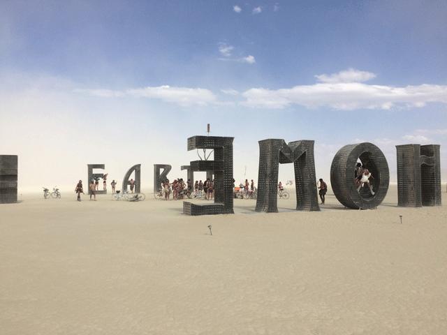 La cultura Burning Man, desde un luego un fenómeno excepcional, que está cambiando el mundo y a muchas personas, pero que como todo, tiene un lado oscuro...