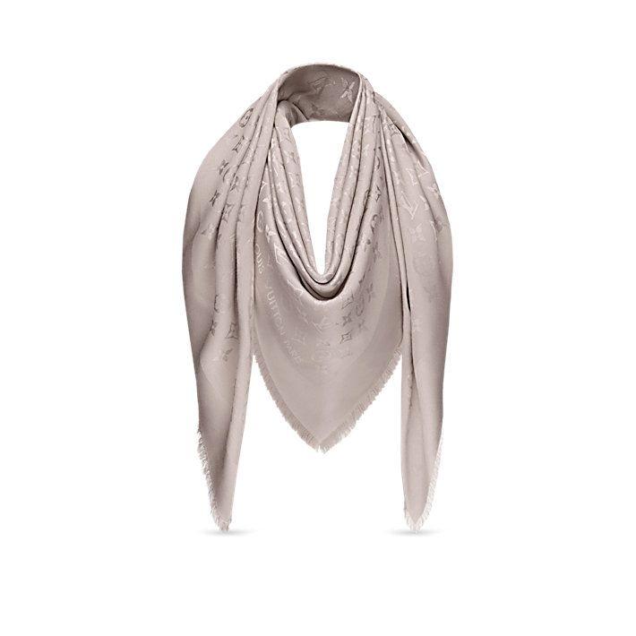 Descubra a Louis Vuitton Xale Monogram Lurex:  O suave fio de Lurex dá um brilho sutil a este xale sofisticado, tecido com o motivo Monogram tom sobre tom.