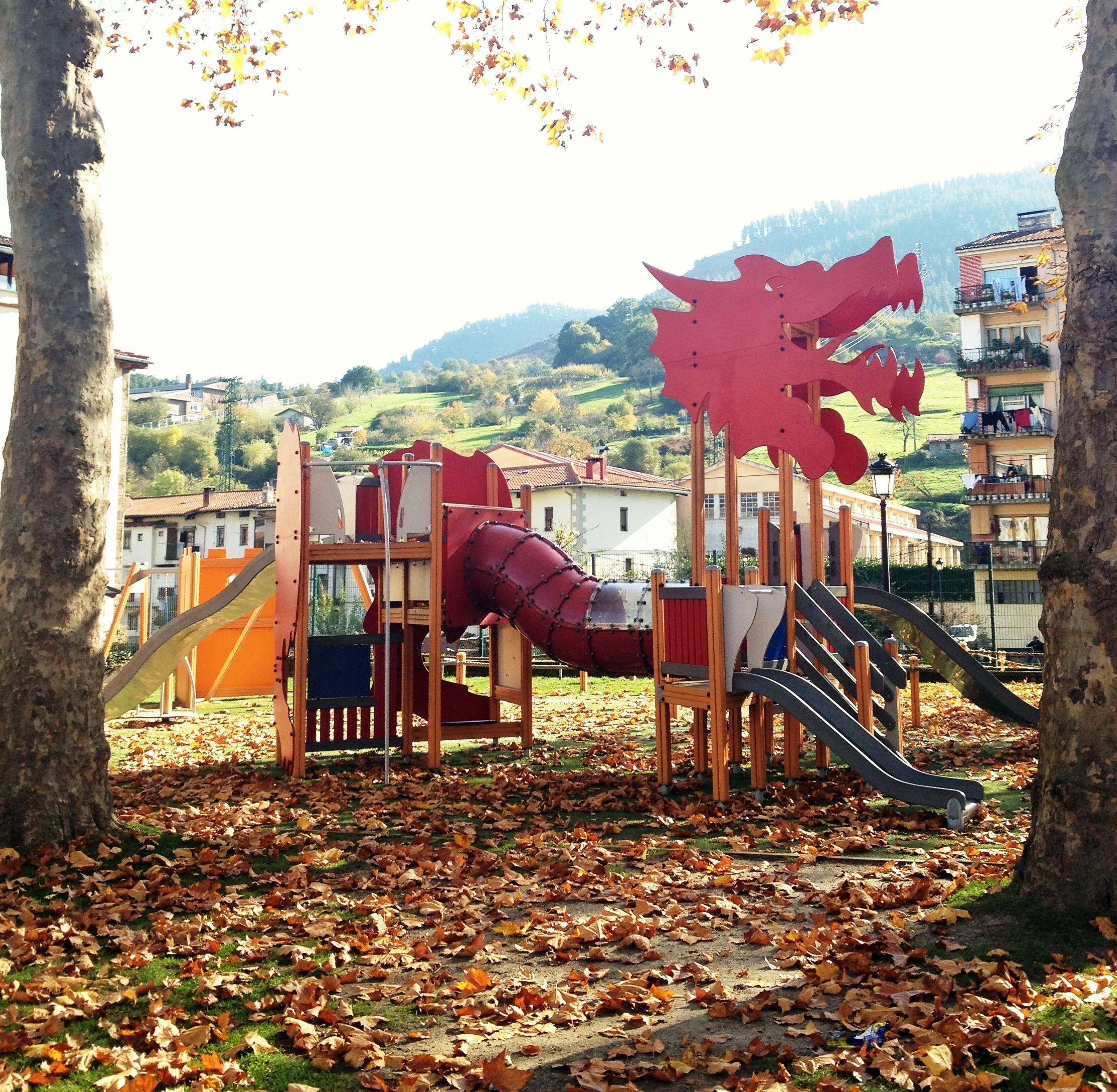 Parque infantil de Balmaseda en otoño Paisagismo, Detalhes
