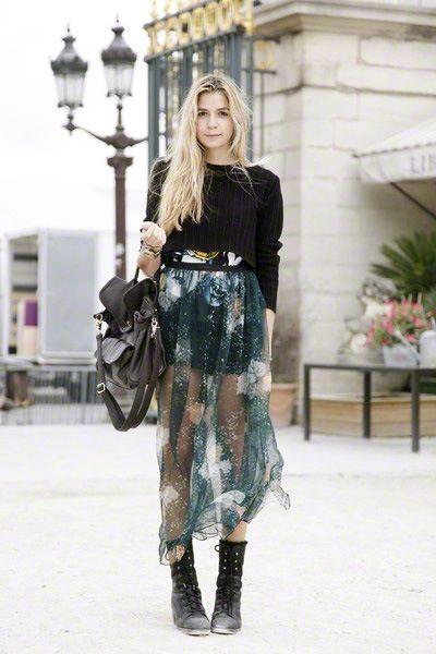 oh yeah hi.... that skirt rocks. Paris.