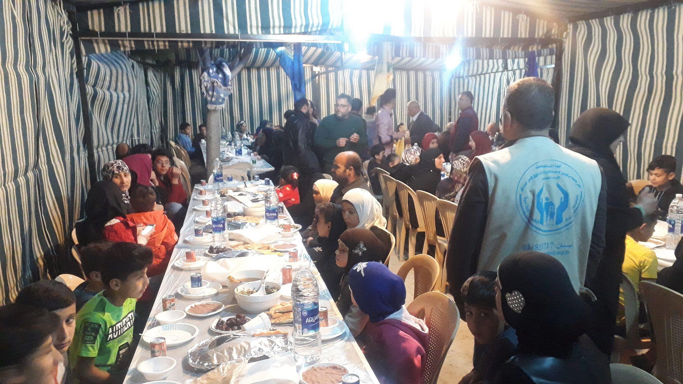 الإمداد تنظم إفطارا تكريميا لـ120 يتيما وفقيرا في منزل أحد الخيرين