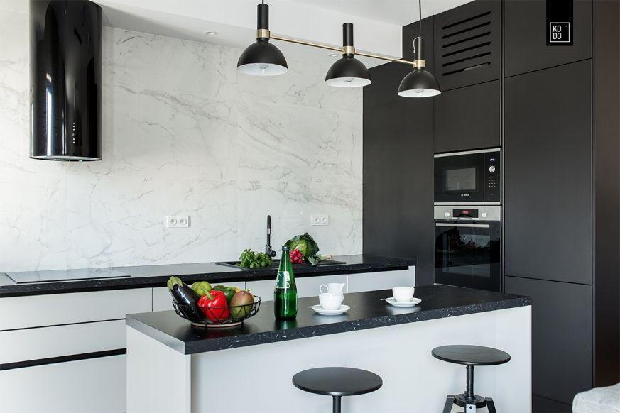 Bialo Czarna Kuchnia Z Wyspa Zabudowa Na Wymiar Projekt Kodo Foorni Pl Zabudowa Kuchnia Wnetrza Wyspa Kitchen Interio White Kitchen Kitchen Design