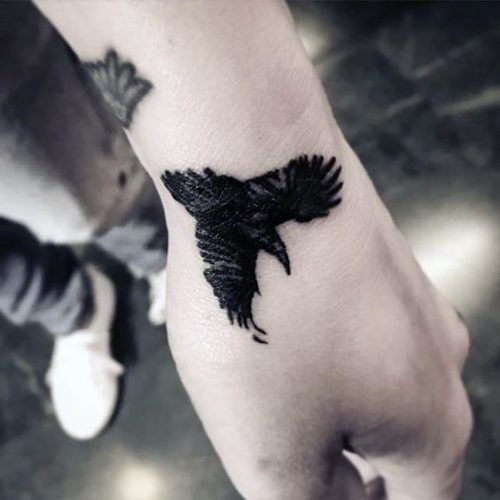 101 Disenos De Tatuajes En La Mano Para Hombres Tatuajes En La Mano Tatuaje De Cuervo Tatuajes En La Mano Para Hombres