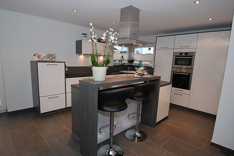 Kochinsel Mit Rückseitig Bündiger Theke, Abstellkammer In Küche Integriert    Küche Von Familie F.