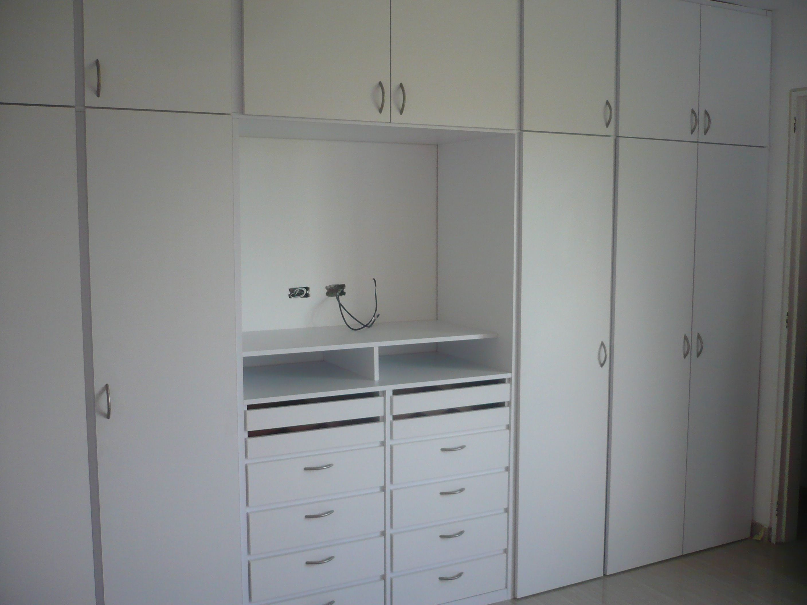 Closet con espacio para tv closets y vestidores for D i y bedroom cupboards