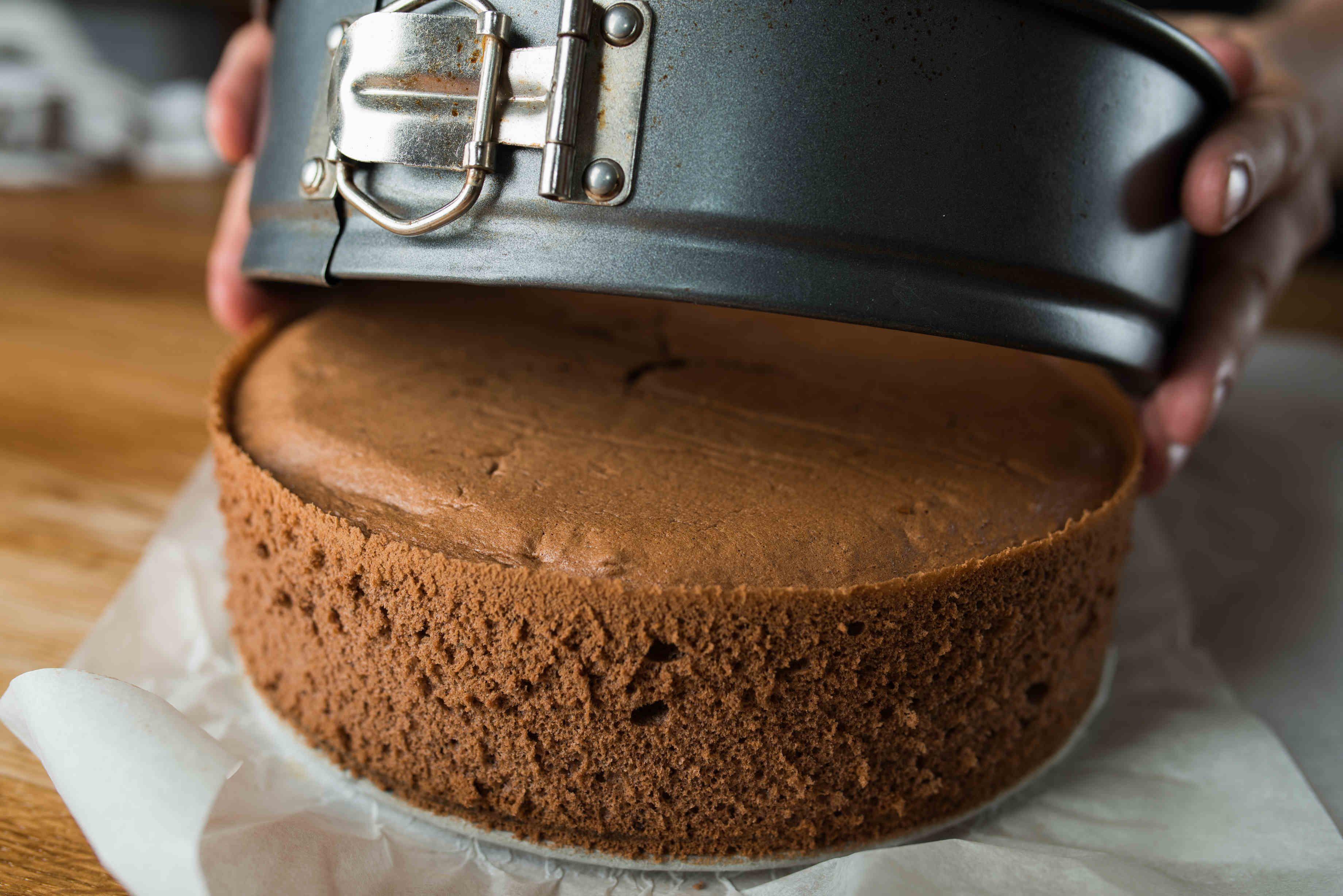 Csokis piskóta recept: Ez a klasszikus, egyszerű csokispiskóta receptje. Szinte elronthatatlan! Készíthetünk belőle karikát tortákhoz, szeletekhez. A tökéletes torta alapja a tökéletes piskóta!