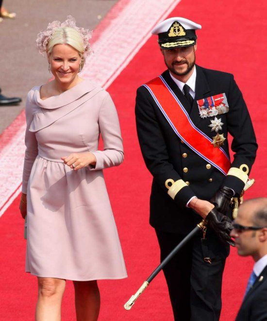 Norwegian Crown Prince Haakon (R) and Crown Princess Mette-Marit (L) arrive for the wedding mass of Prince Albert II of Monaco and Princess Charlene in the Main Courtyard of the Princes Palace in Monaco, 02 July 2011. Some 850 guests attend the mass in the Main Courtyard. The ceremony is broadcasted on giant screens in the Palace Square for about 3,500 Monegasques.