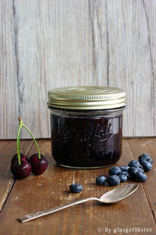 ins glas gefl stert kirsch blaubeer marmelade mit viel. Black Bedroom Furniture Sets. Home Design Ideas