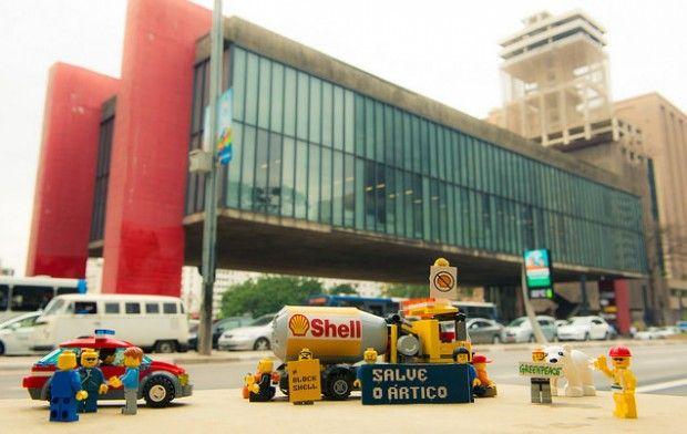 Após fechar contrato publicitário com a petrolífera, Lego passa a ser alvo de protestos.