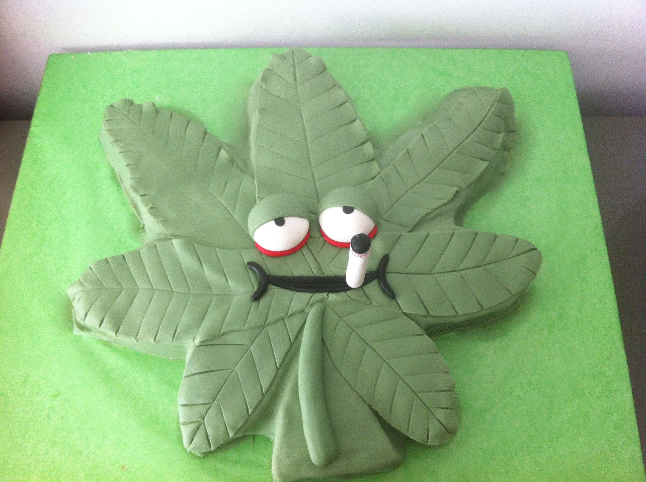 Tarta decorada como una hoja de marihuana Marihuana Cake