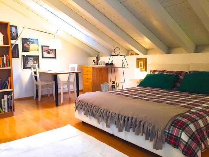 Gut Dachschrägen Farblich Gestalten Riesengroßes Bett Mit Karierte Bettdecke  Grüne Kopfkissen Kreative Kleiderhaken Idee Wandbilder Fotos Esszimmer