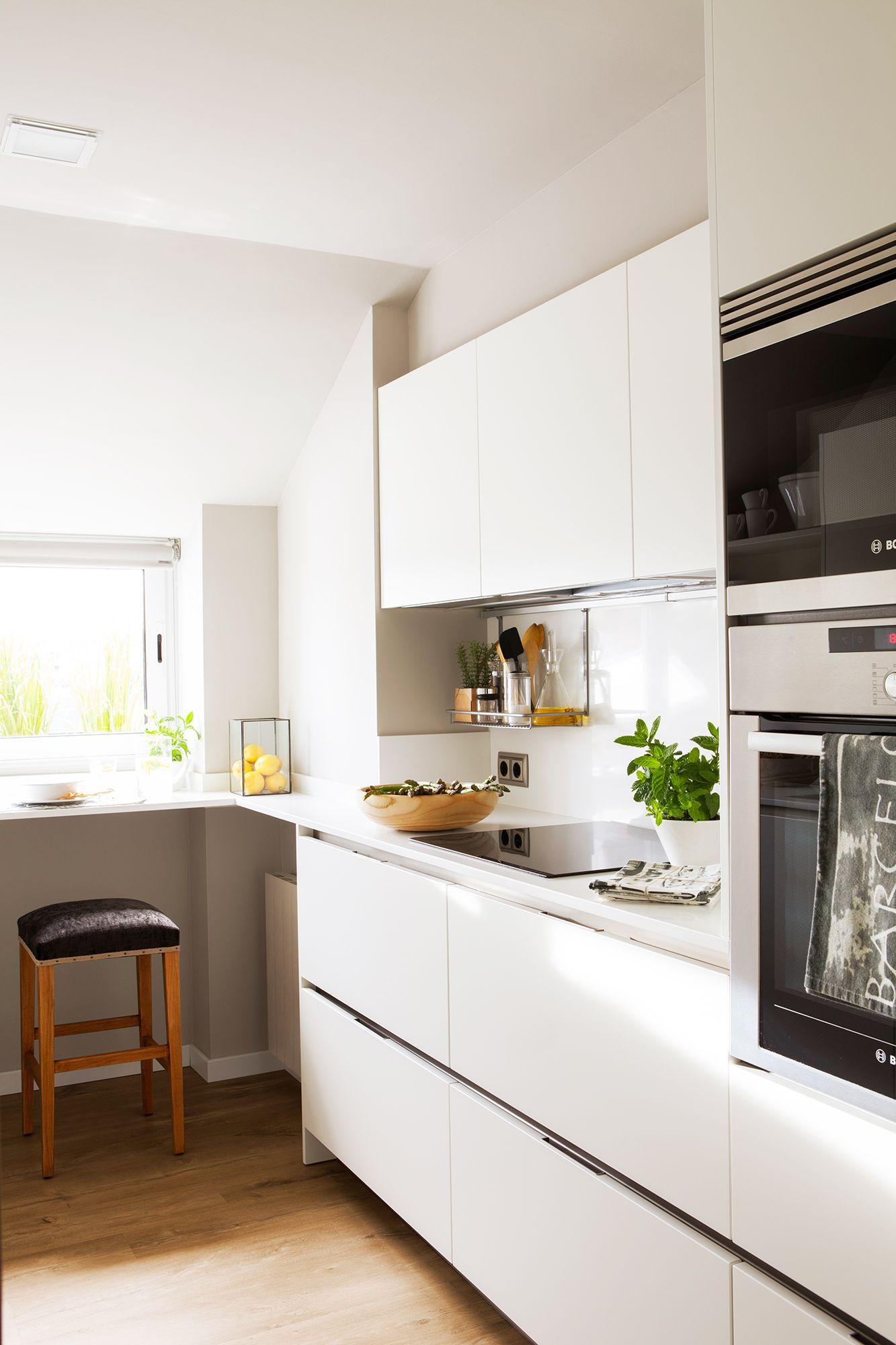 Cocina con muebles empotrados blancos y horno y microondas for Cocina al microondas