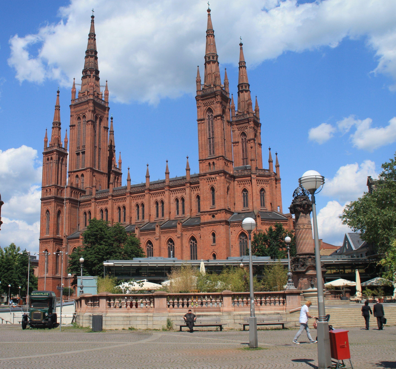 Die Evangelische Marktkirche wurde 1853 bis 1862 unter der Leitung des Nassauischen Oberbaurats Carl Boos als