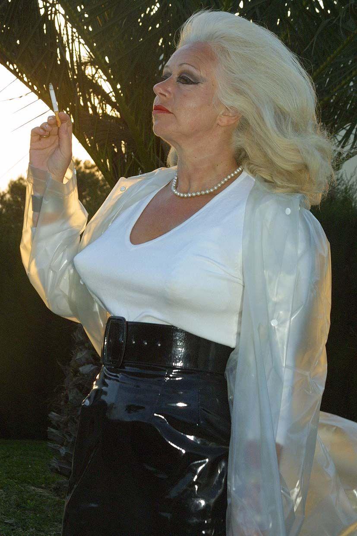 Polder women smoking   Adult photos)