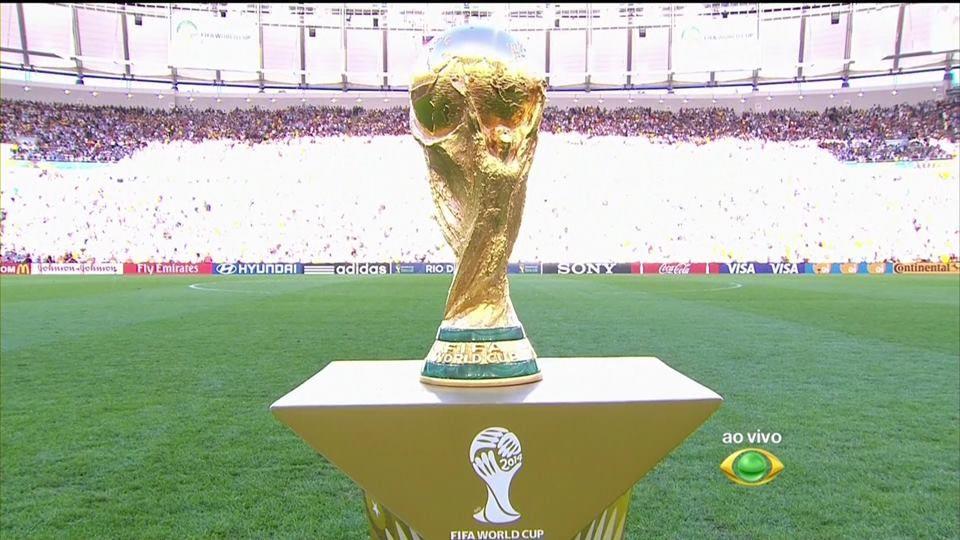 Carles Puyol e Gisele Bündchen apresentam a taça Copa do Mundo da Fifa, no Maracanã http://newsevoce.com.br/?p=10616