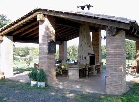 Barbacoa independiente de piedra con tejado de teja y for Tejados de madera a dos aguas