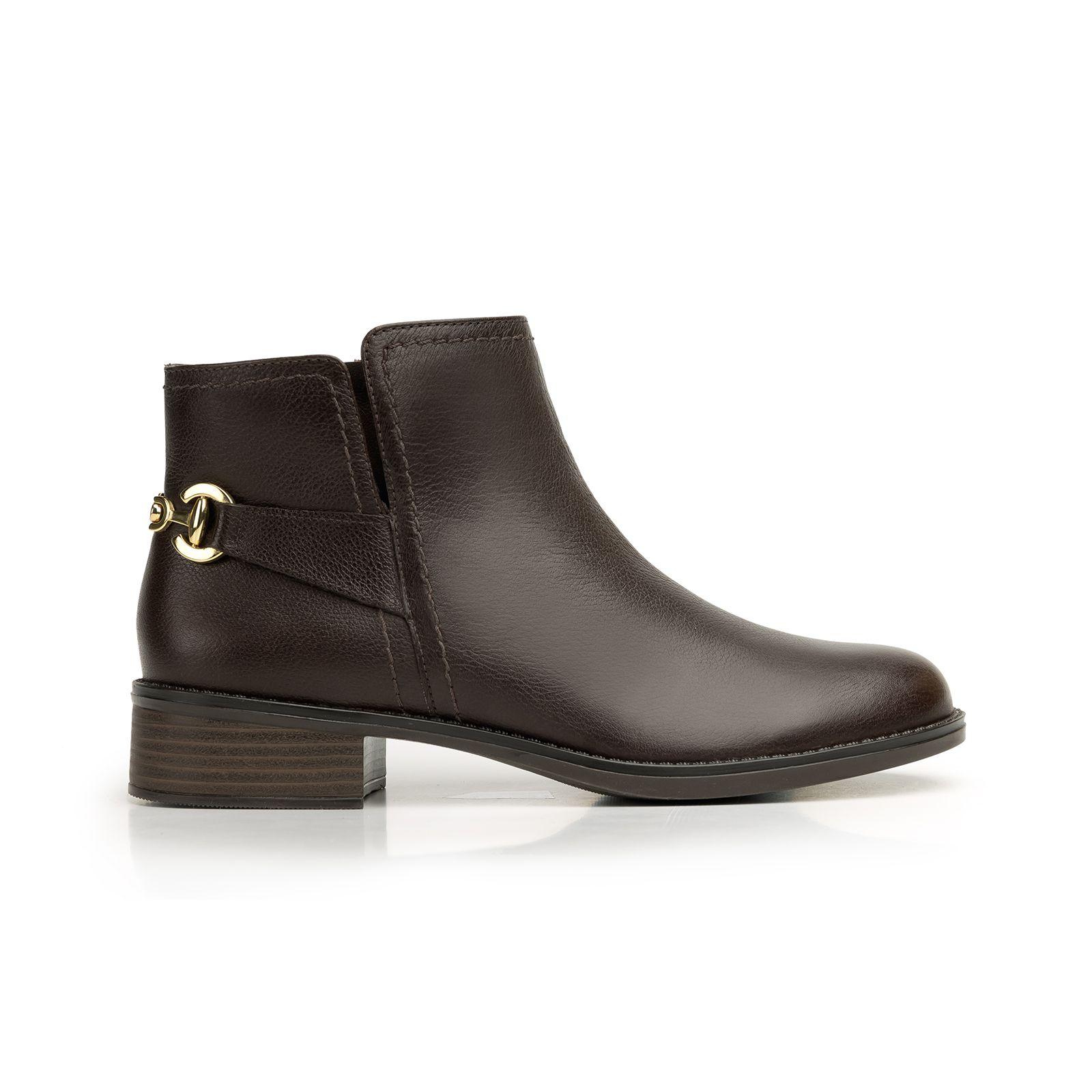 6db3fe10ba Línea de bota y botín semi vestir estilo hípico con herrajes metálicos que  le…