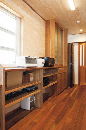 キッチンの収納にはカップボードと同素材のカウンター収納を造作