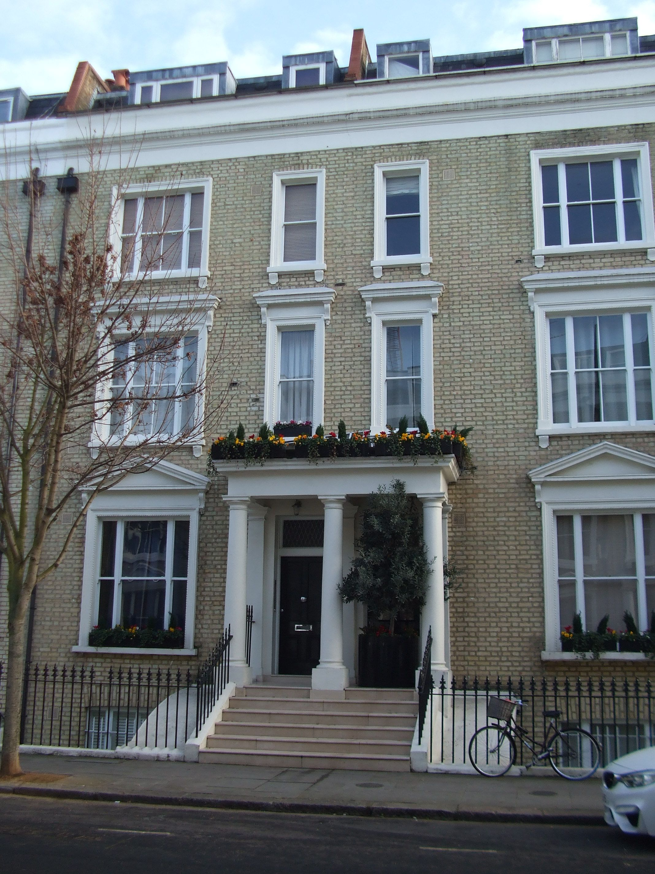 Pin On Crescent Court: A Lovely House In Eardsley Crescent, Earl's Court, London; This Is Just The Kind Of Place I