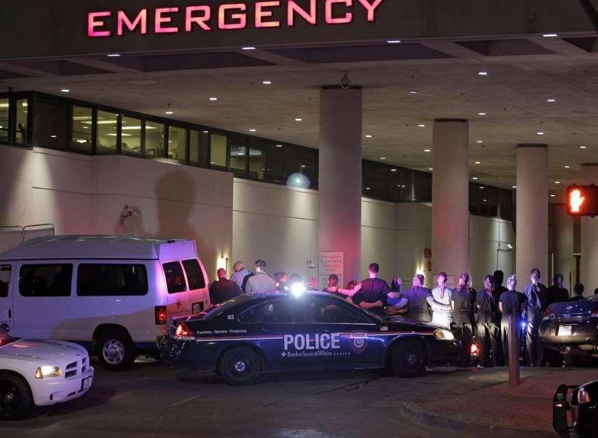 Agenten hebben zich verzameld bij een ziekenhuis in Dallas, waar collega's worden behandeld aan hun verwondingen.