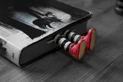 Segnalibro realizzato con tappi da sughero e scarpe di ken