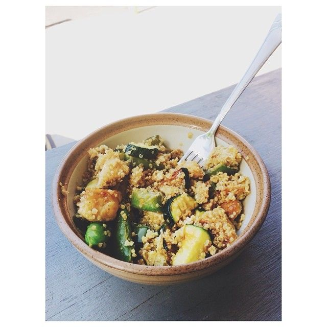 Vegetarian quinoa stir fry!  Quinoa, snap peas, zucchini, green pepper & #traderjoes meatless orange chicken + egg whites and liquid aminos. I could eat this everyday ✌️ #24daychallenge #diet #fitfam #weightloss #fitgirls #eatclean #vegetarian #stirfry #healthy #mlaceladiestoneup