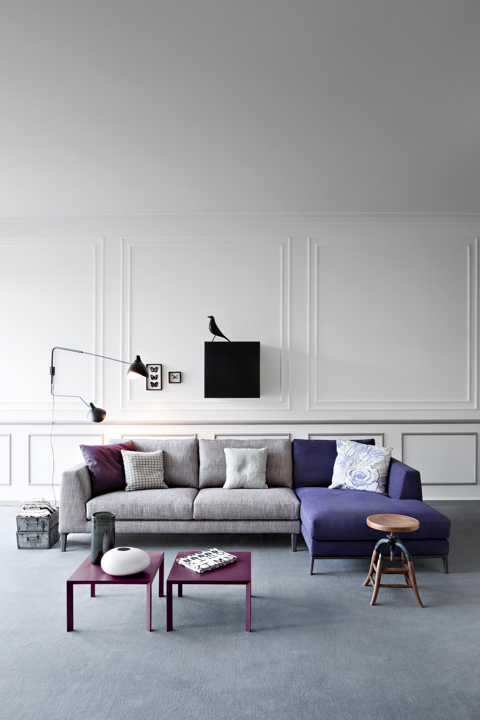 Un Canape Moderne En Gris Et Violet Belle Alliance De Contemporain Dans Une Piece Classique Modern Living In Classic Room Furniture Design Home Living Room Interior