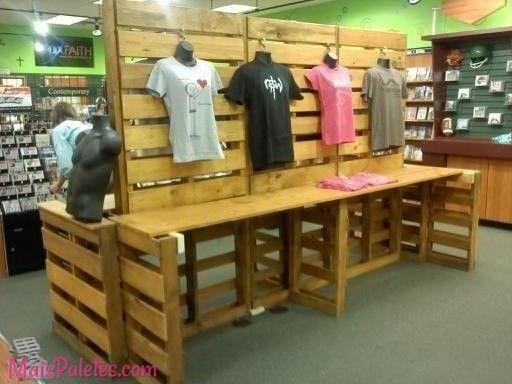 #Paletes de madeira em todo o tipo de lojas #pallets #palletfurniture #palletshop Veja mais: http://maispaletes.com/?p=1197