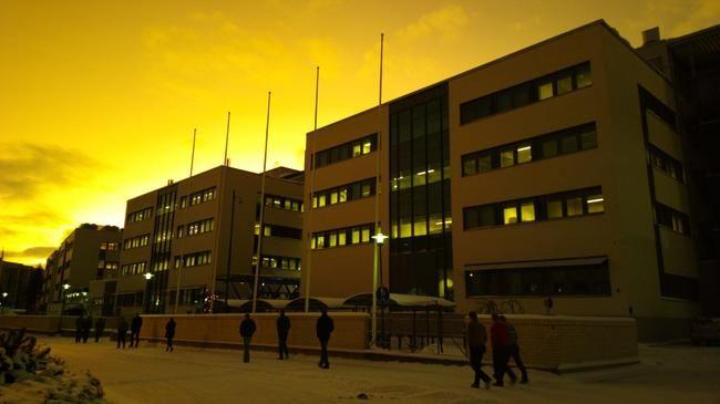 Accenturen työntekijät kävelivät tiistaiaamuna kuuntelemaan yt-neuvotteluiden päätösinfoa Oulun Peltolassa