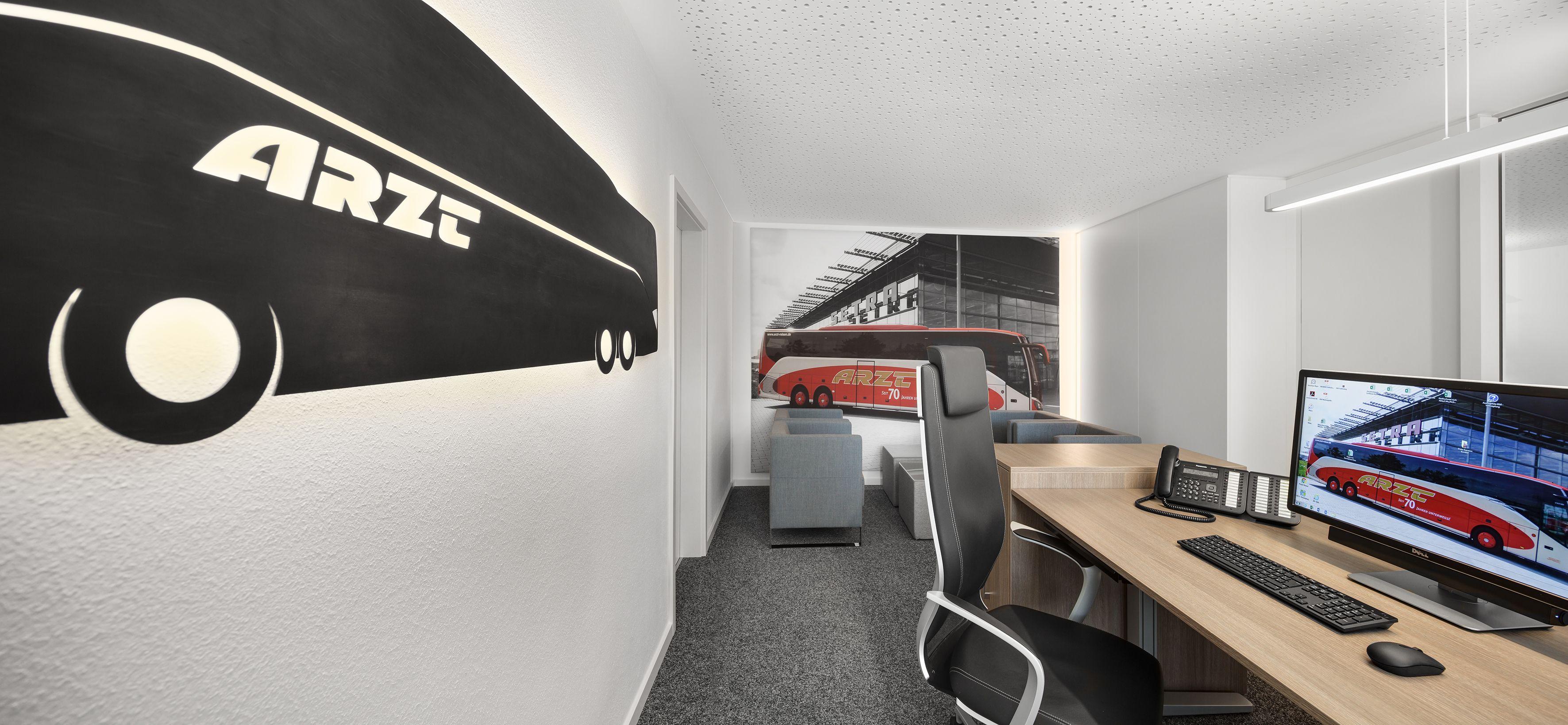 ergonomischer Bürostuhl, Lifttisch, Stahl, Magnettafel, Monitor ...
