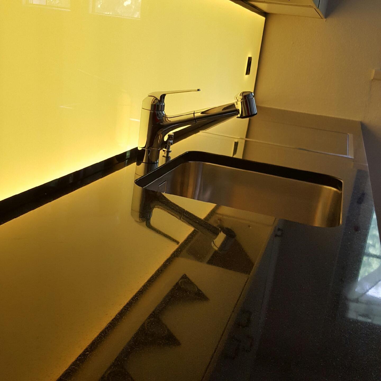 Kuchenruckwand Homogen Hinterleuchtetes Glas Mit Led Kuchenruckwand Kuchenwand Kuche Licht