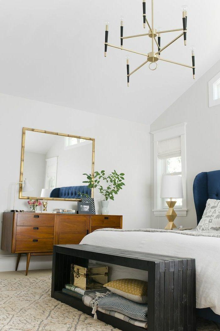 bout de lit coffre en bois gris dans la chambre sous pente. Black Bedroom Furniture Sets. Home Design Ideas