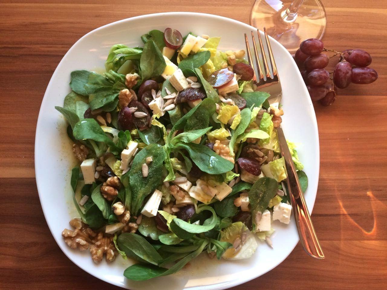 Feldsalat mit Trauben, Nüssen und Feta » Küchensachen