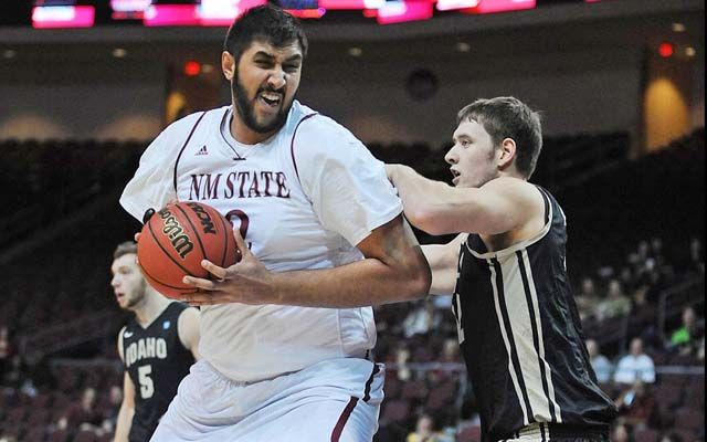 Kings Sign 7 5 Center Sim Bhullar First Nba Player Of Indian Descent Basketball News Nba Players Nba