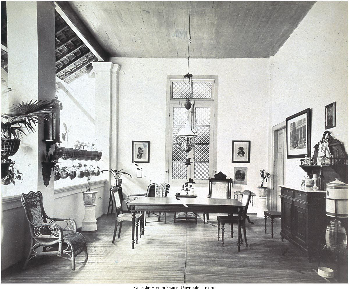 Voorgalerij met meubels indonesisch huis indonesia old for Woning meubels
