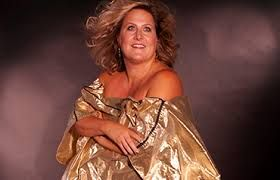 I had been on the lookout for some celebrities/tv personalities that favour drinking Chardonnay. The New York Times just interviewed singer/comedian Bridget Everett, who is an avid Chardonnay fan. See her suggestion here: https://chardonnayfans.com/bridget-everett-shopping-for-chardonnay-wine