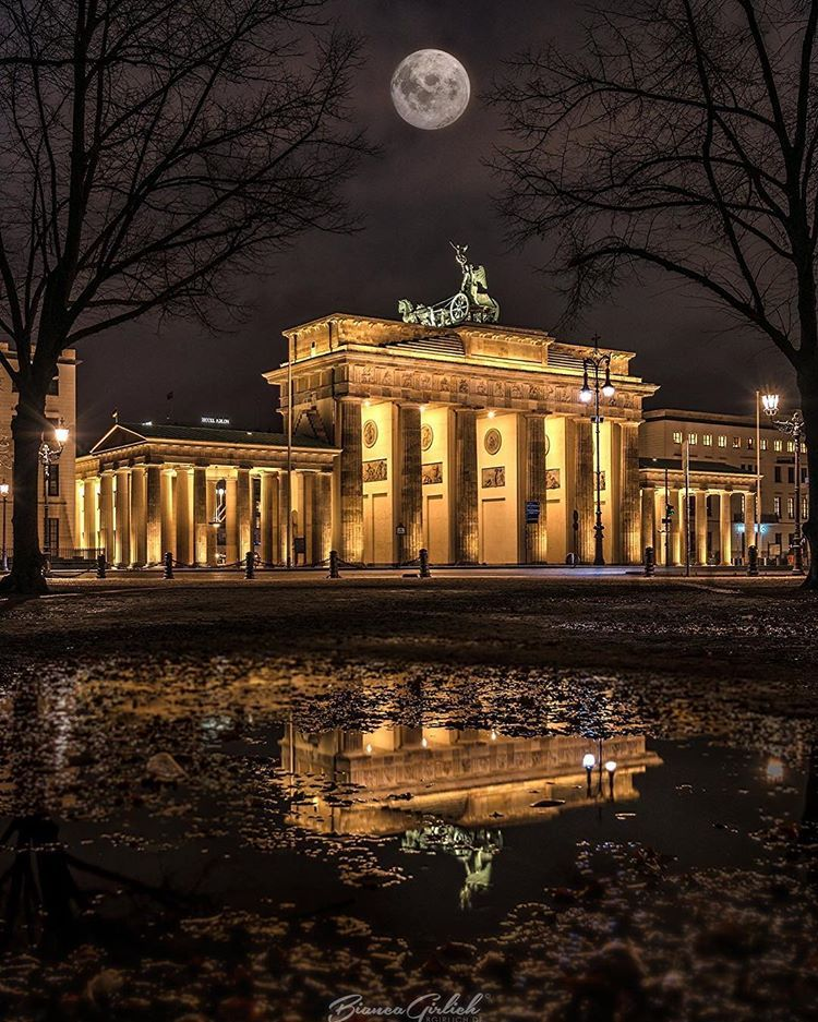 Grusse Vom Brandenburger Tor Berlin Berlinberlin Iloveberlin Unlimitedberlin Wonderlustberlin Diestadtberli Berlin Photography Berlin Berlin Germany