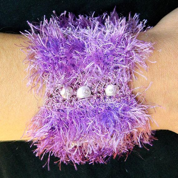 Photo of Lila Armband Breitband Armband Häkelarmband Chic Schmuck Manschette Armband mit zarten rosa Perlen Chips einzigartigen handgefertigten Schmuck