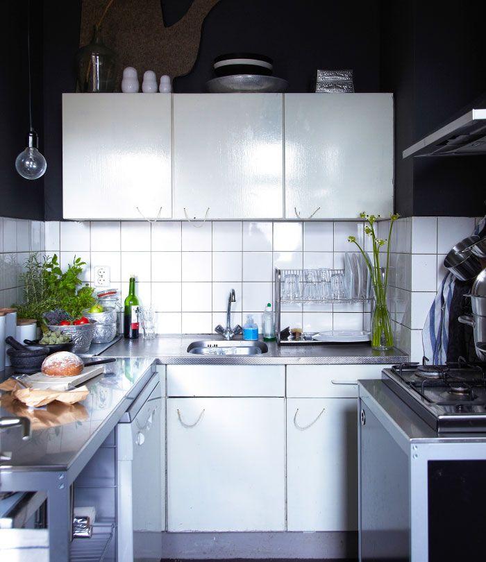 Sanne har skabt et rustikt udseende i det lille hvide køkken, hvor grebene er lavet af reb.