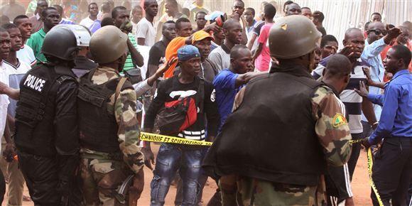 Soldater forsøger at berolige lokale foran det hotel i Malis hovedstad, hvor gidseltagningen fandt sted.