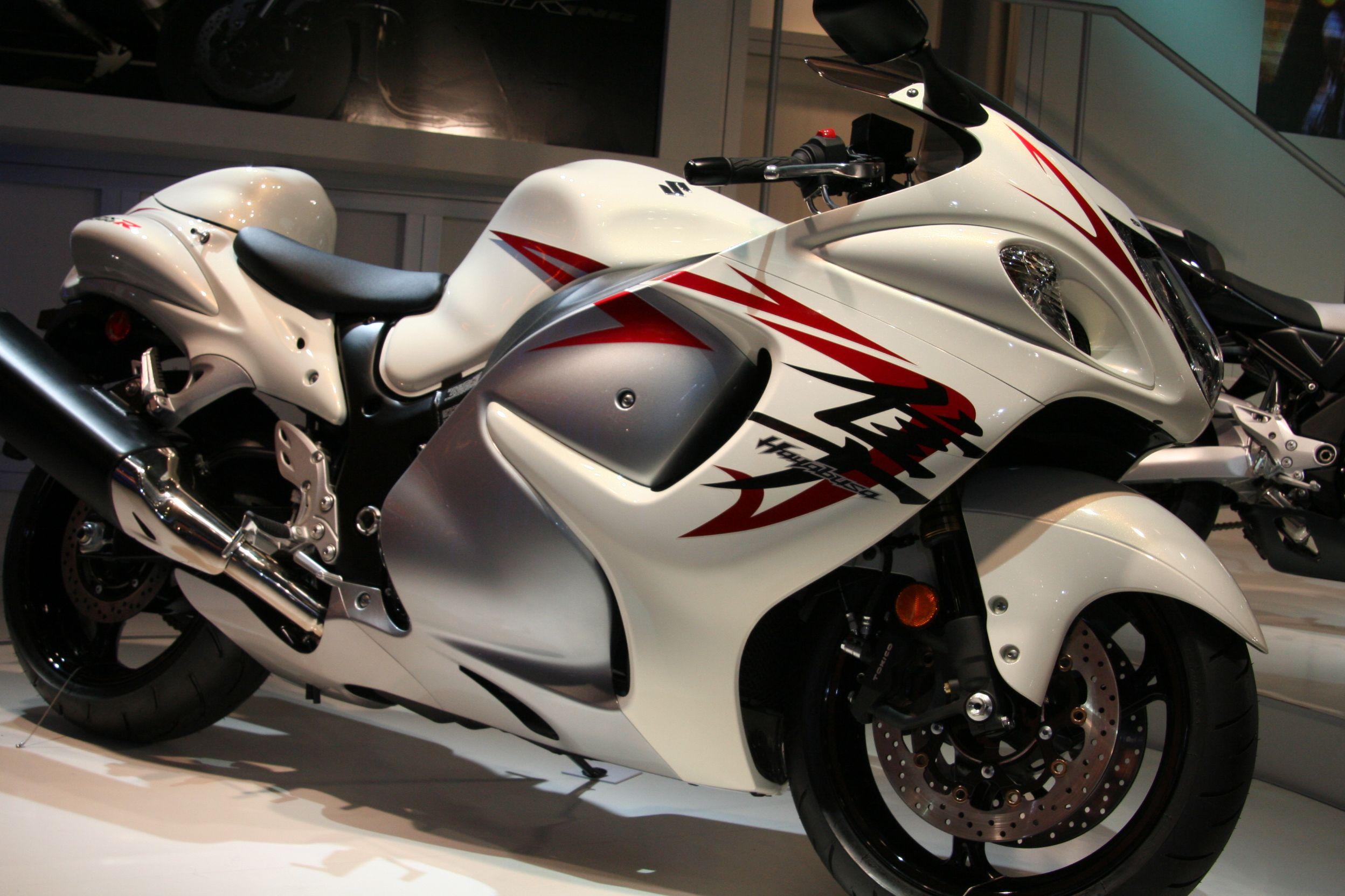 Ordinaire Suzuki Hayabusa Motorcycle In White And Red Wallpaper