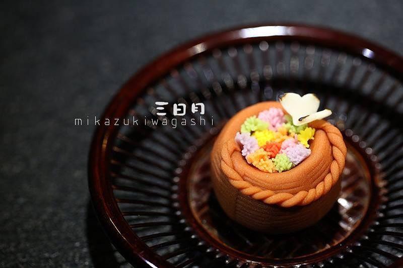 mi piace 264 commenti 2 三日月 和菓子 mikazukiwagashi su instagram 花籠 春の和菓子に よく見られる籠型 まるで春の心地よい空気に 包まれるように 今日の和菓子は 花籠 花籠 春 ねりきり 上生菓子 煎茶 抹茶 煉切 練り