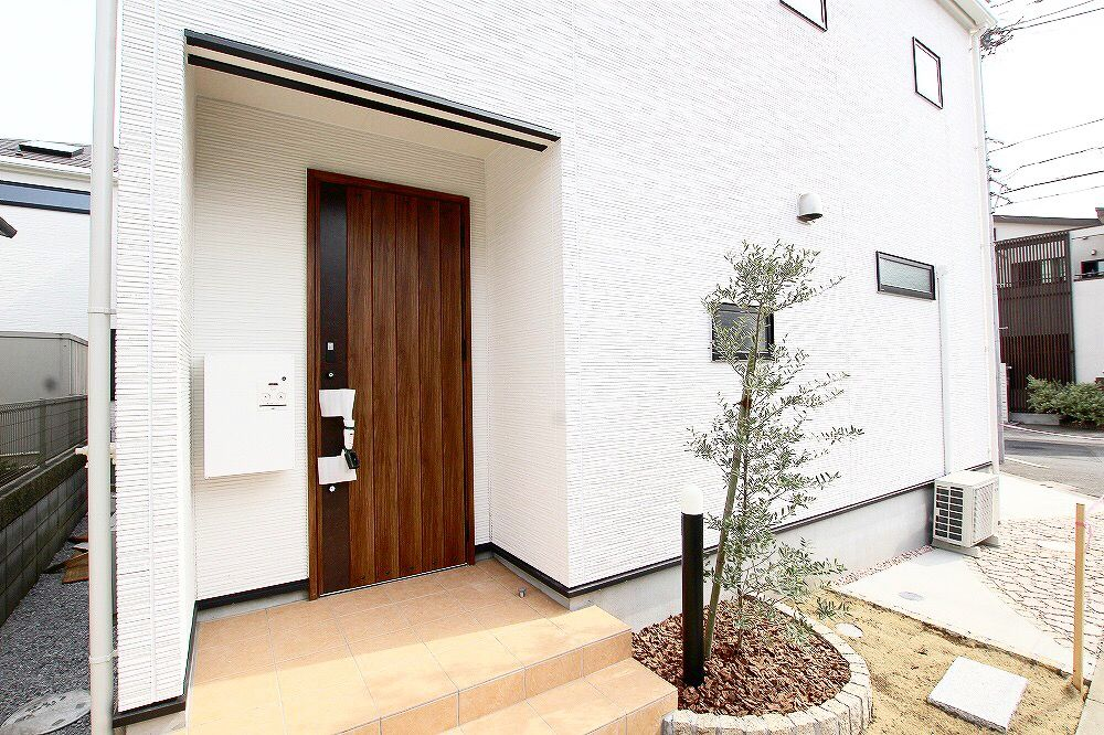 家の顔ともいえる玄関ドア 使い込むほど美しく 都市を経るほどに豊か