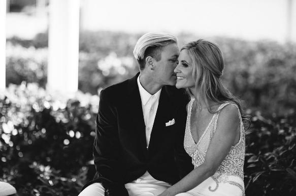 Huffingtonpost Abby Wambach Marries Glennon Abby Wambach Abby Wambach Wedding Soccer Girl Problems