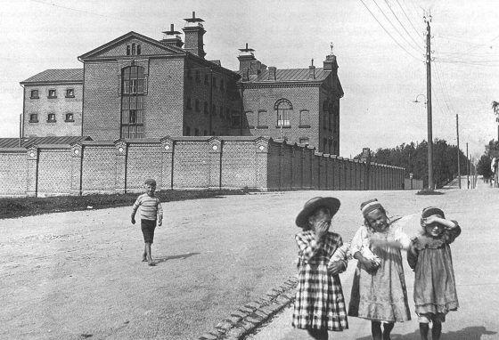 Rantakadun rauhaa Vaasan vankilan tiilimuurin valmistumisen jälkeen vuonna 1906. Muiluvuoren kirjan kuvitusta.